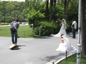 Taking advantage of sun, engaged couples fill Daning-Lingshi Garden for photos